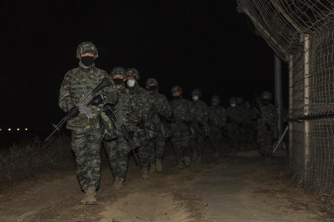 해병대2사단 야간 전술무장행군.jpg