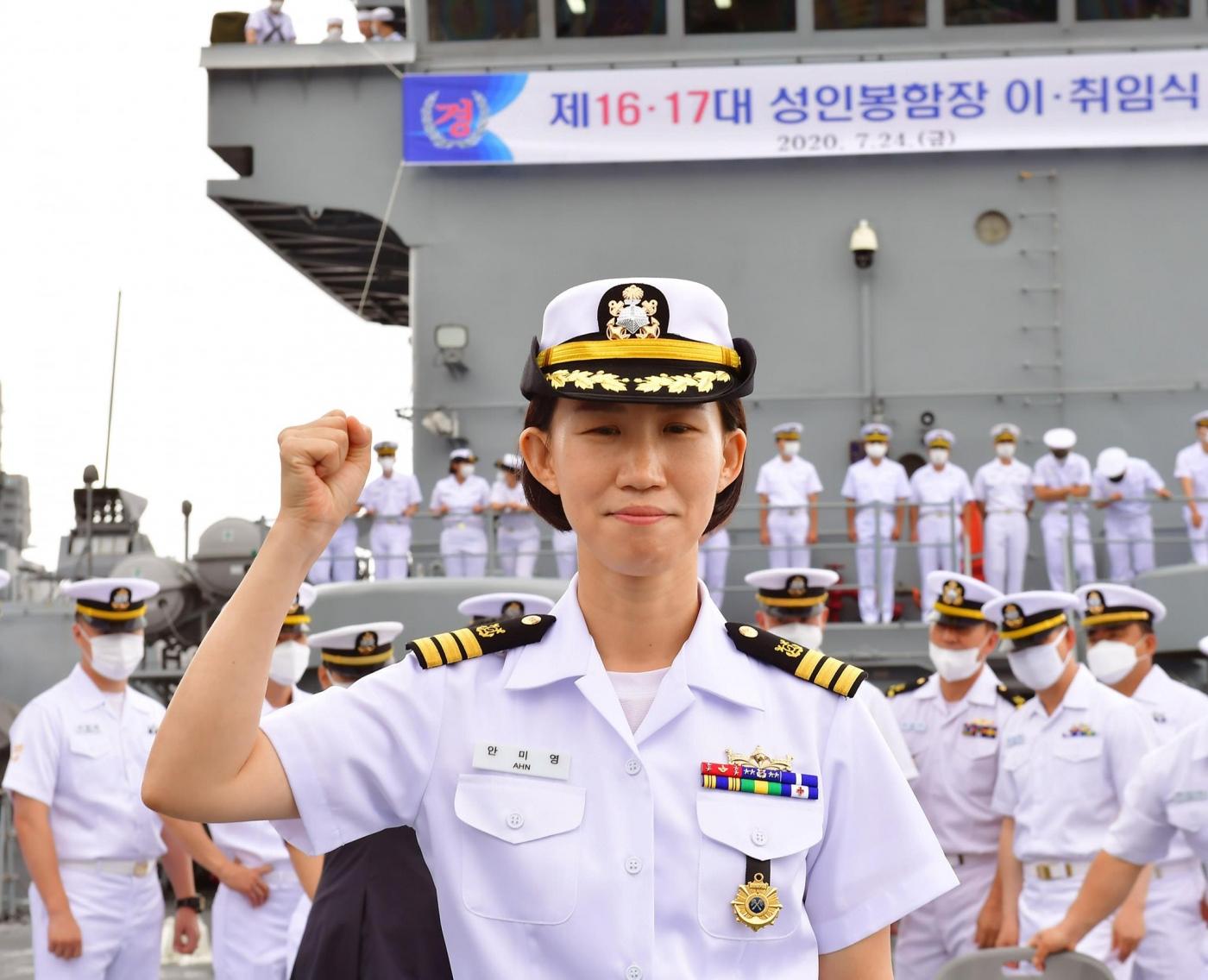 해군 최초 여군 상륙함  함장 1.jpg