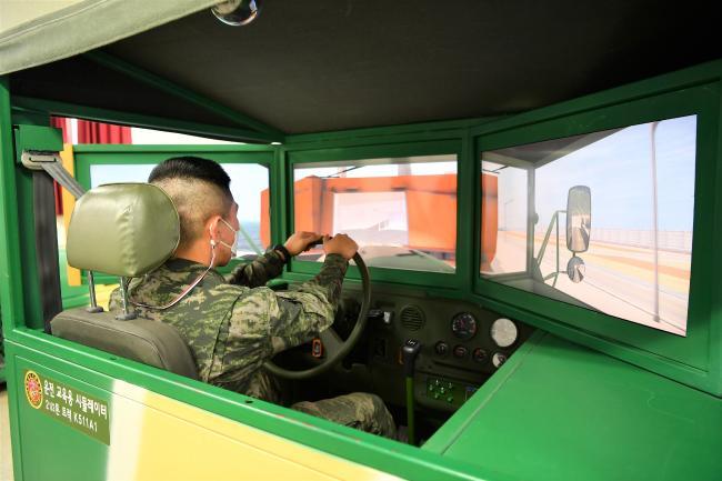 해병대 군수단 시뮬레이터를 활용한 운전 교육 시행.jpg