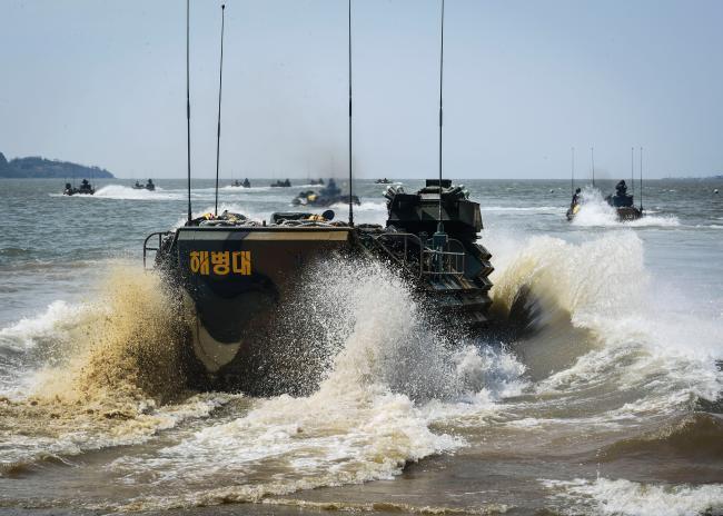 해병대 2사단 상륙장갑차대대 KAAV 해상 기동훈련.jpg