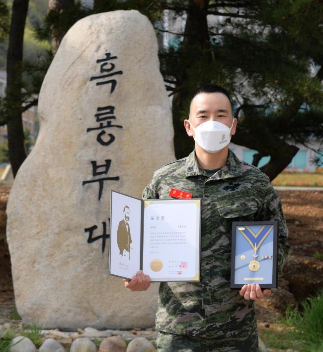 해병대6여단 전홍준 상사 헌혈 100회 명예장.jpg