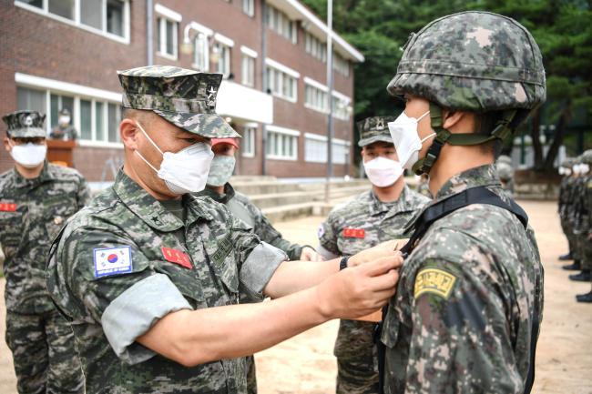 해병대교육훈련단 해사 1학년 167명에 해병대 유격 휘장 수여.jpg
