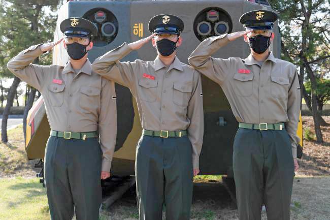 해병대 최초 세 쌍둥이 빨간 명찰 탄생.jpg
