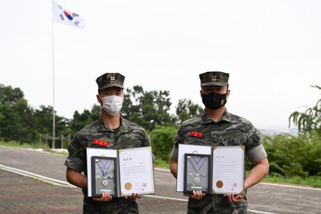 해병대2사단 신원준 상사·김경환 중사  헌혈 유공 은장 받아.jpg